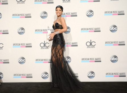 Rihanna elegante agli AMA   © Jason Kempin/Getty Images