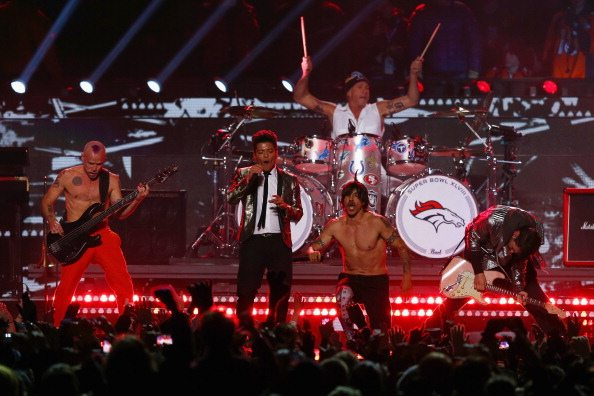 Bruno Mars, l'esibizione al Super Bowl con i RHCP
