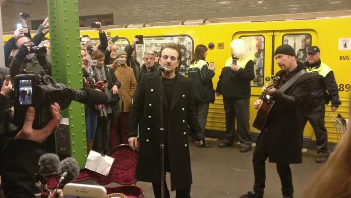Bono e The Edge live a sorpresa alla stazione U2 di Berlino