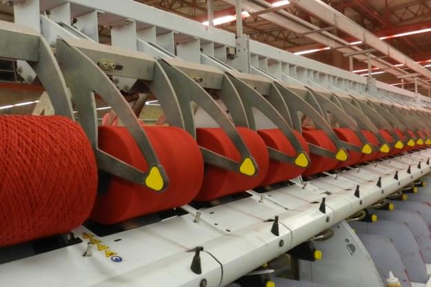 Há 10 anos a Eurofios utiliza os resíduos das indústrias têxteis e transforma em fios e barbantes ecológicos. Já são mais de 112 mil toneladas recicladas. Imagem: Fernanda Sensi