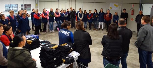 Autoridades do munícipio e os novos colaboradores participaram da inauguração  da estrutura fabril da Fakini em Taió (SC). Imagem: Luiz Gama Junior