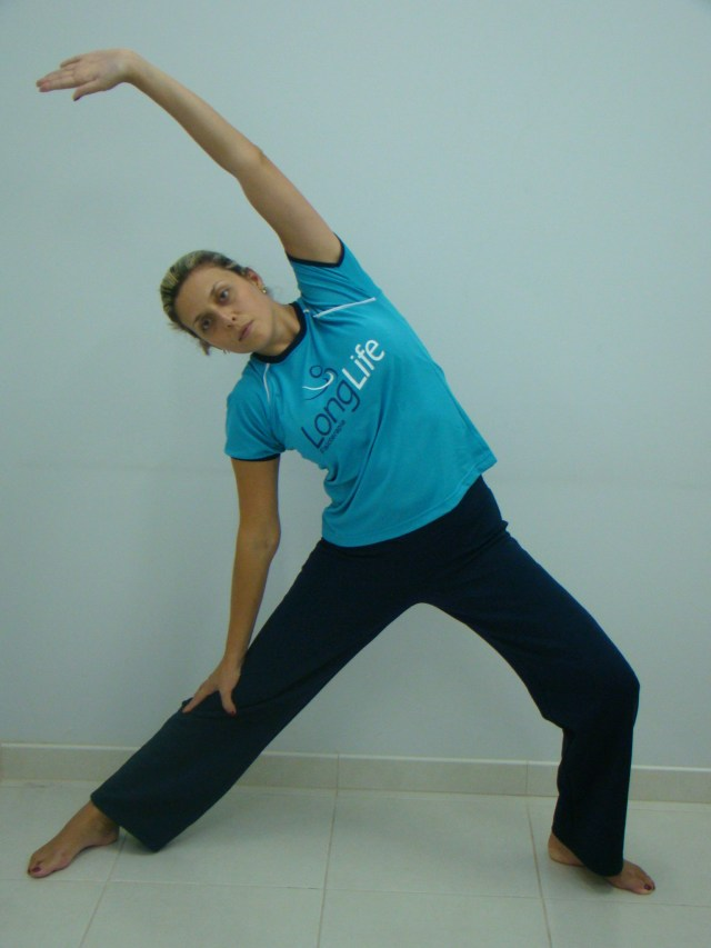 Exercícios de alongamento ajudam a prevenir dores nos trabalhadores. Imagem: Divulgação