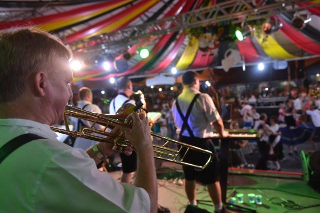Durante os 10 dias, mais de 50 bandas de música alemã sobem ao palco da 32ª Festa Pomerana. Imagem: Daniel Zimmermann