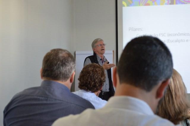 Guido Otte iniciou a visita apresentando algumas informações relevantes sobre a Butzke Móveis. Imagem: Mia Fagundes