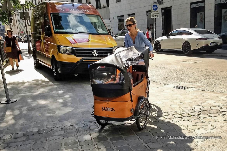 ჩვილი ველოსიპედის ეტლში