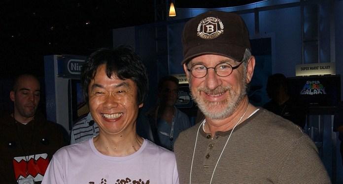 """Miyamoto com Steven Spielberg na E3 2006: ambos compartilham da visão de que videogames não devem tentar """"copiar"""" filmes."""