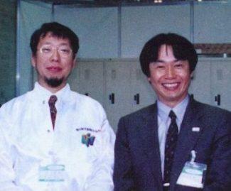 Takashi Tezuka e Miyamoto em 1995, durante promoções do Nintendo 64.