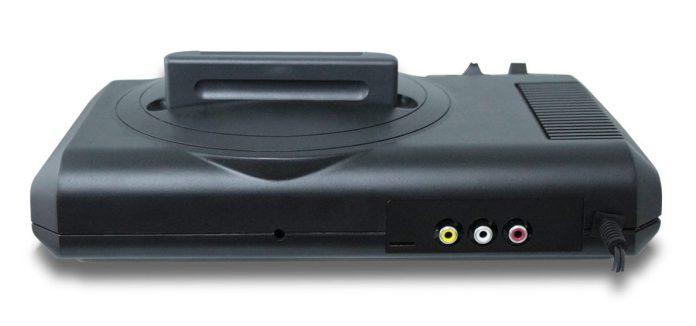 Traseira do novo Mega Drive: fonte interna, vídeo composto com som estéreo e um slot para SD Card.