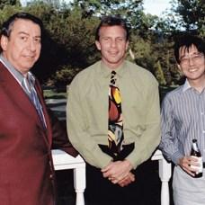 Rosen com o astro do futebol americano John Madden e o vice-presidente/COO da Sega of America, Shinobu Toyoda.
