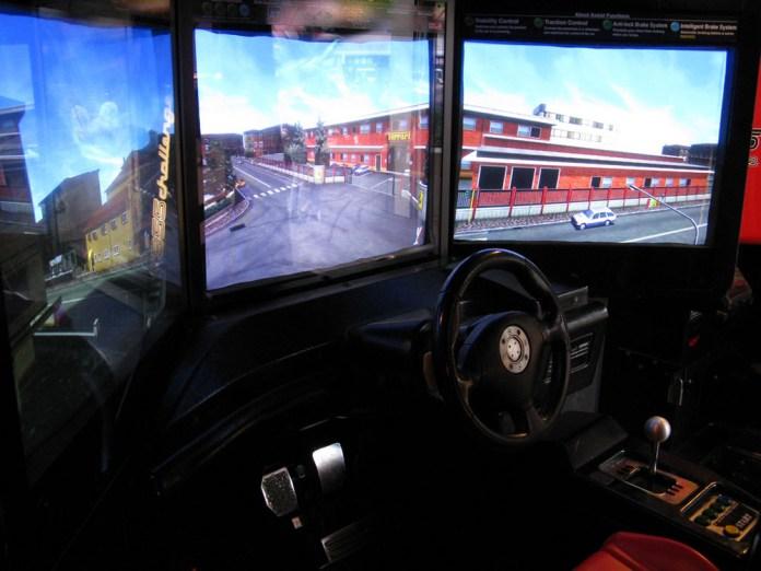 Cabine com três monitores do arcade Ferrari F355 Challenge