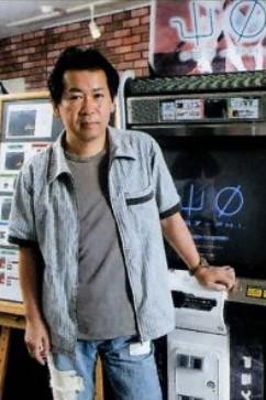 Yu Suzuki com o arcade Psi-Phy