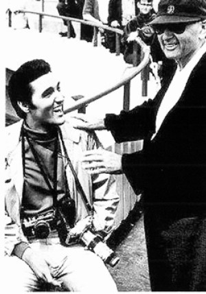 Elvis mit Regisseur Norman Taurog am Filmset von 'Live A Little Love A Little'