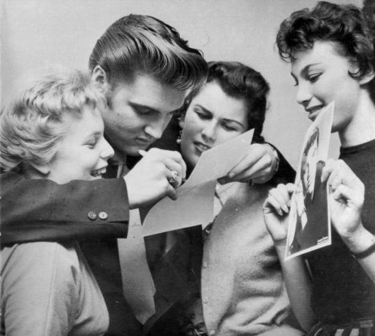 Elvis Presleys mit Fans in den 1950ern