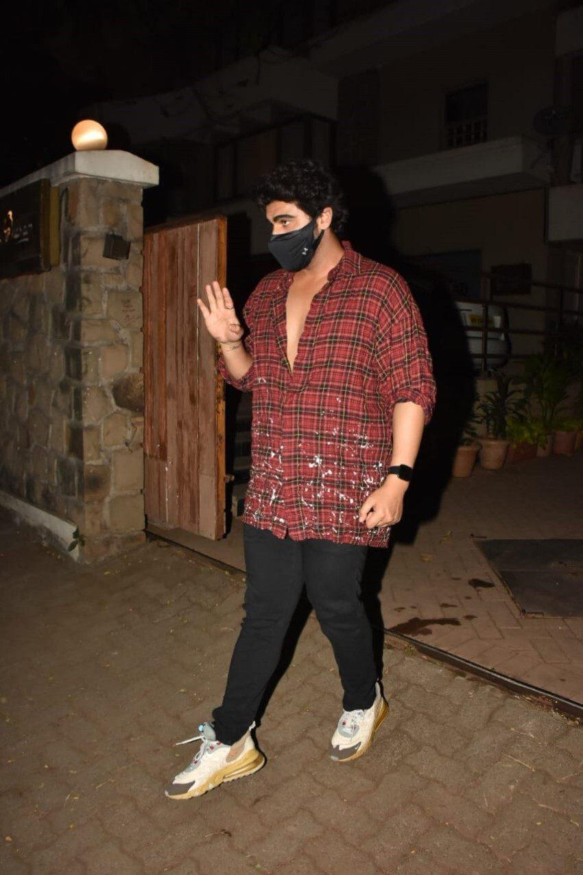 Celebs snapped at Kareena Kapoor's house in Bandra