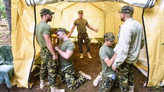 Partouze militaire avant de partir au combat