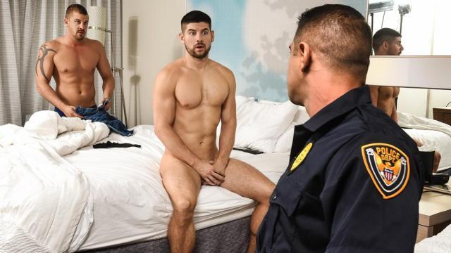 Un client et son gigolo rejoints par un flic pervers