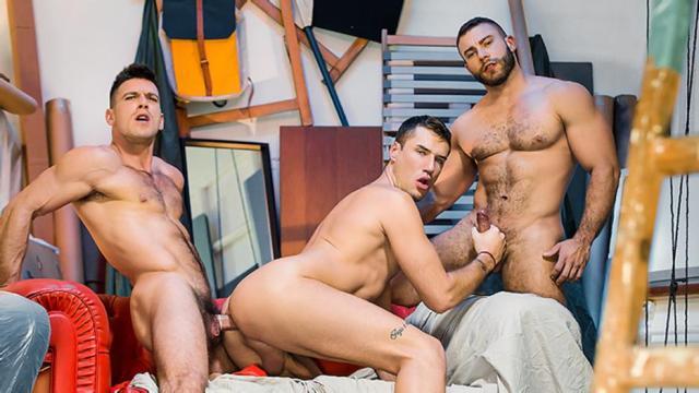 Plan à trois entre beaux mâles musclés