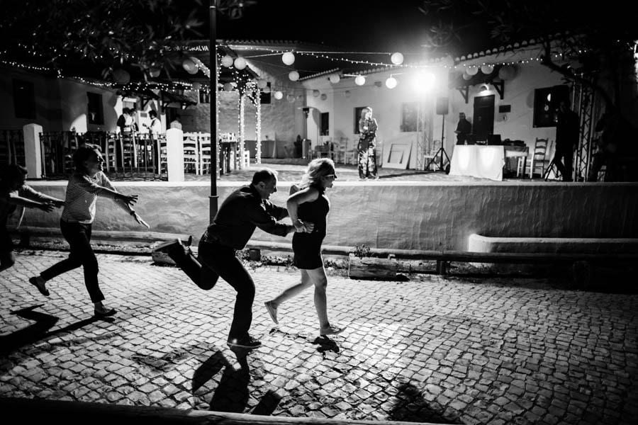 casamento aldeia de pedralva convidados correm na rua durante baile noite
