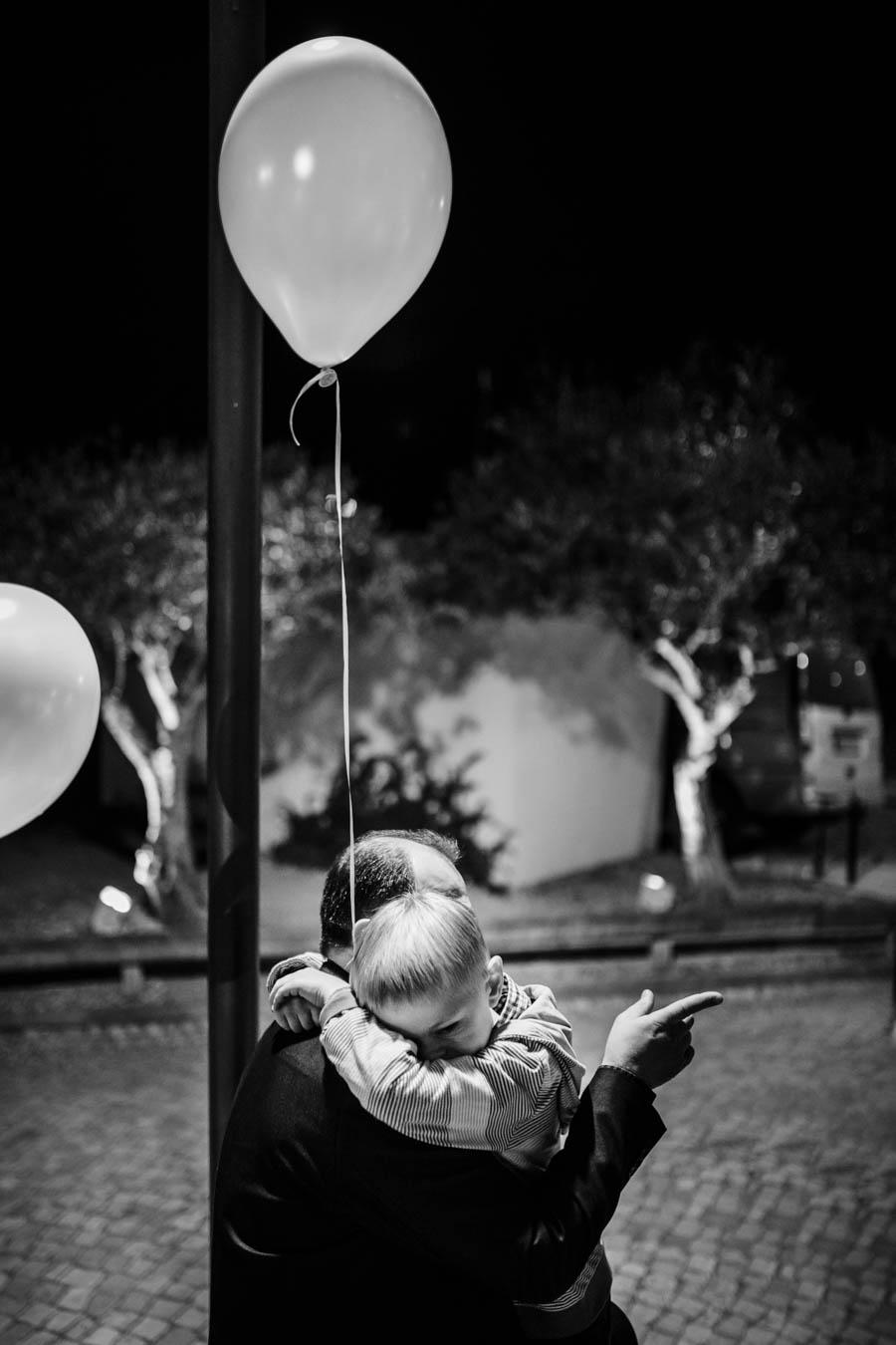 casamento aldeia de pedralva menino abraça pai com balão na mão