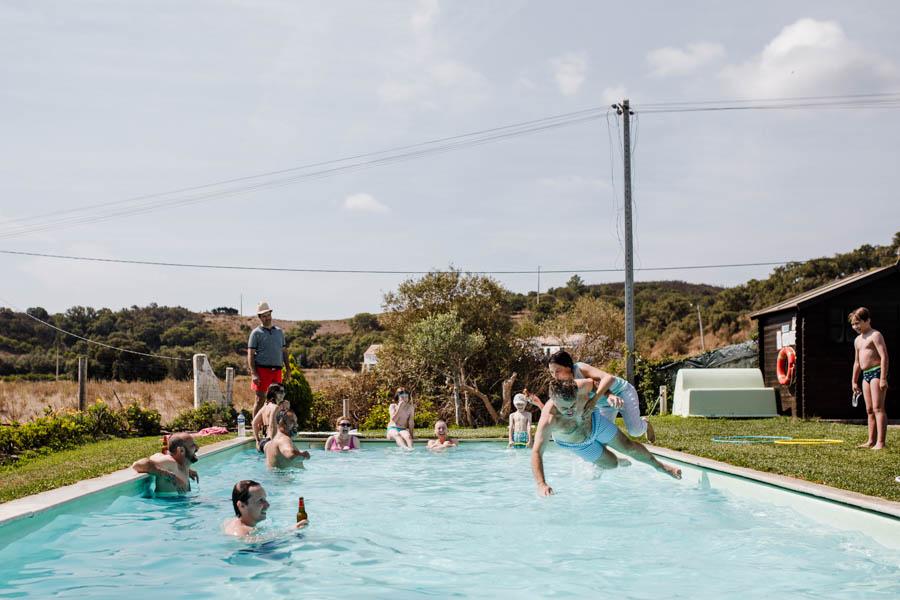 casamento aldeia de pedralva noiva arrastada para mergulho na piscina