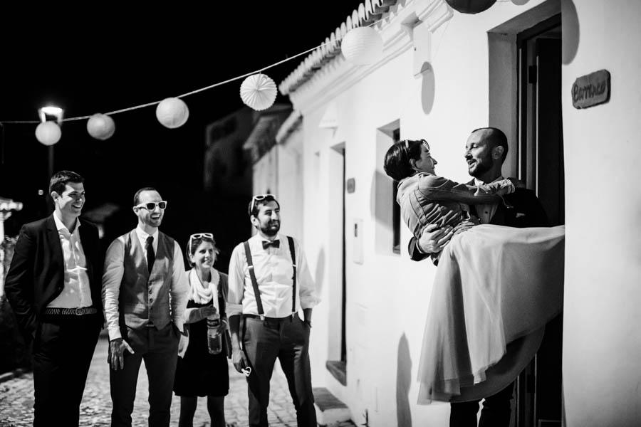 casamento aldeia de pedralva noivo entra em casa com a noiva ao colo com amigos a assistir