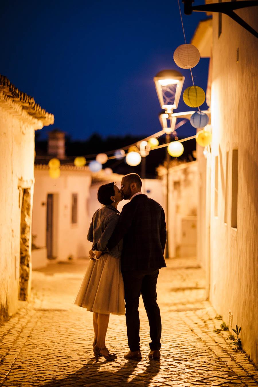casamento aldeia de pedralva beijo dos noivos na rua deserta ao entardecer
