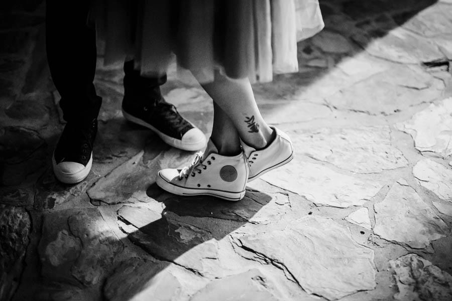 casamento aldeia de pedralva sapatilhas all star da noiva no lajeado