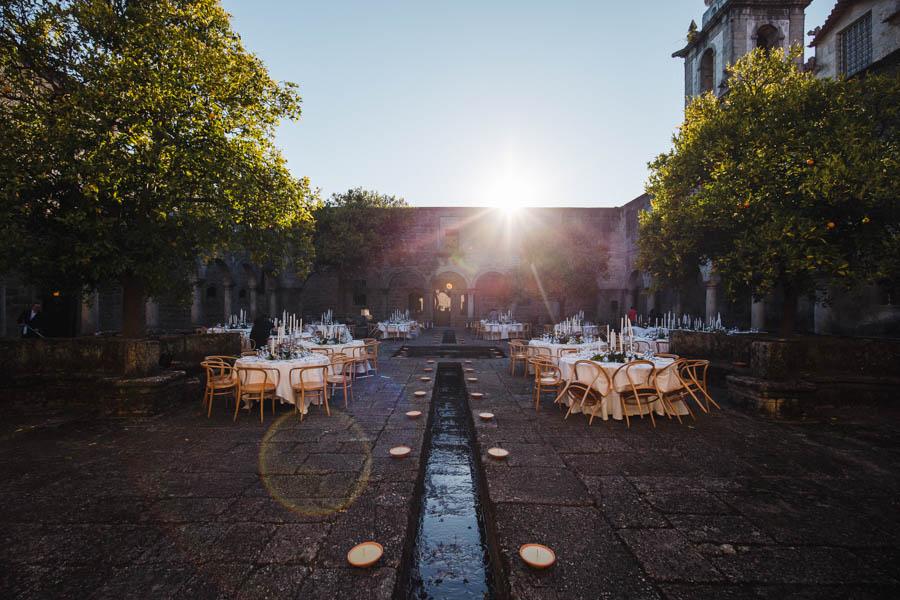 casamento gerês mesas postas para jantar no claustro da pousada de santa maria do bouro em amares