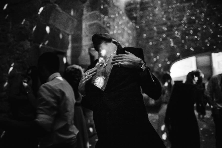 casamento gerês convidado a dançar em sala escura com bola de espelhos