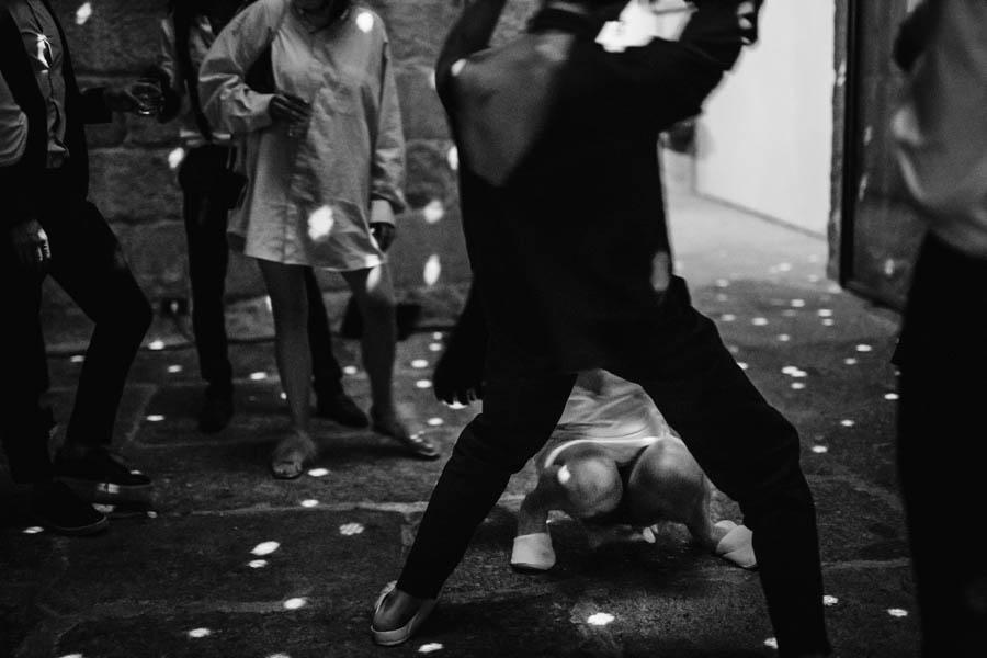 casamento gerês convidados dançando em chinelos durante baile