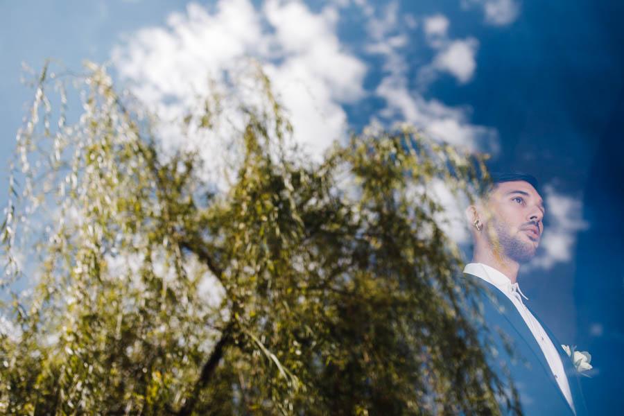 casamento gerês noivo aguardando a entrada na ceromónia com reflexo no vidro
