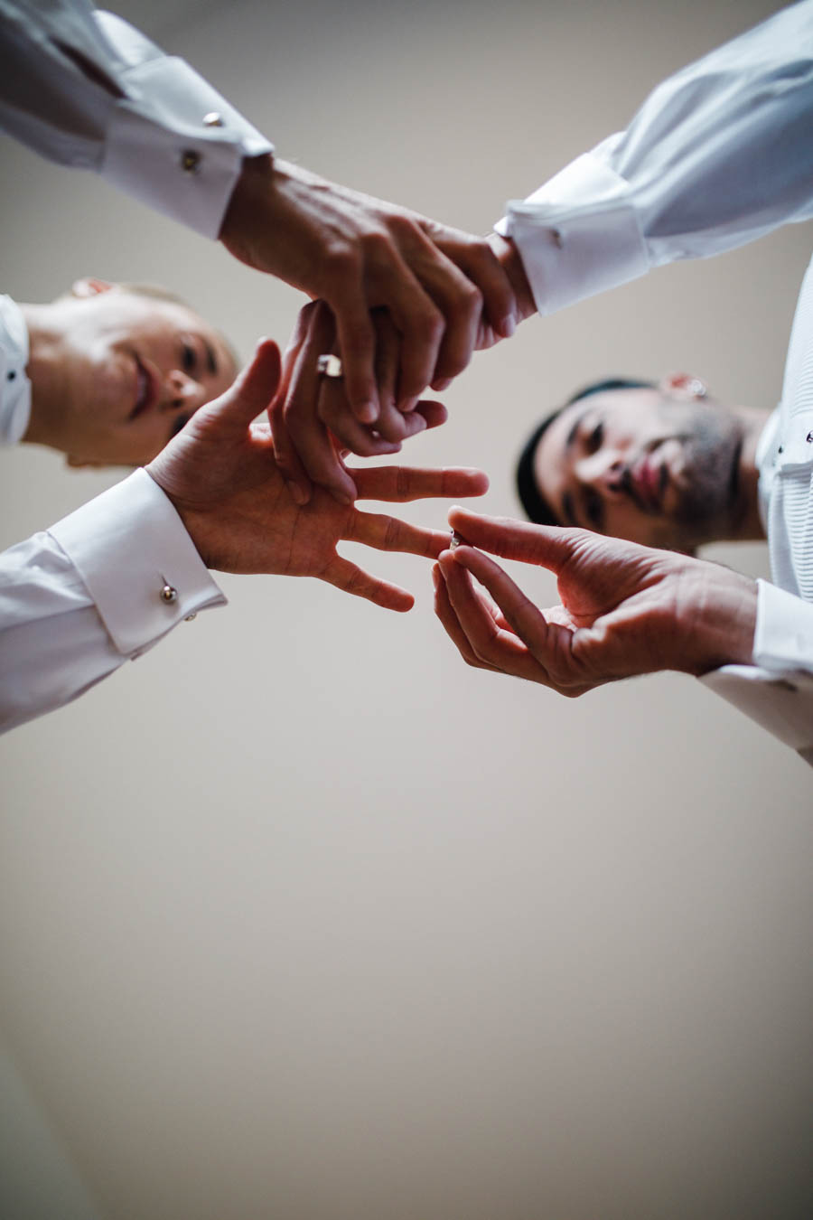 casamento gerês noivos colocando os anéis de noivado antes da cerimónia vista de baixo