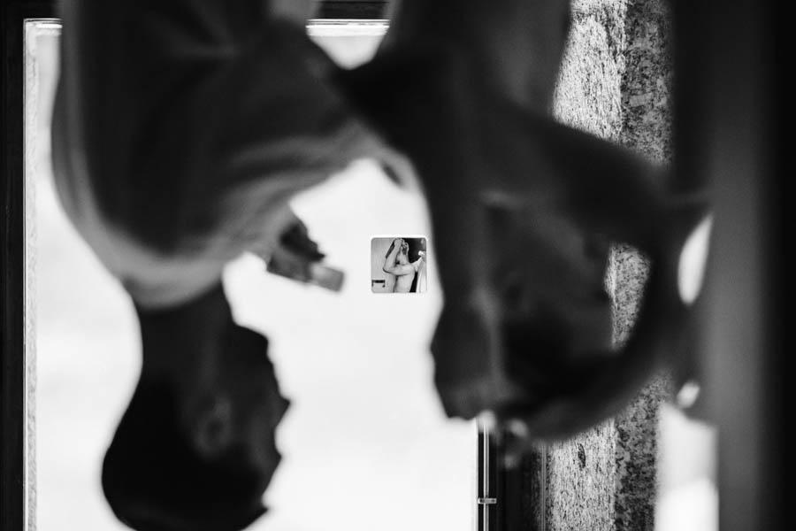 casamento gerês noivos preparando-se em conjunto reflexo invertido no puxador da porta