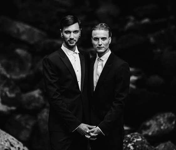 casamento gerês noivos homens de maos dadas em retrato na natureza