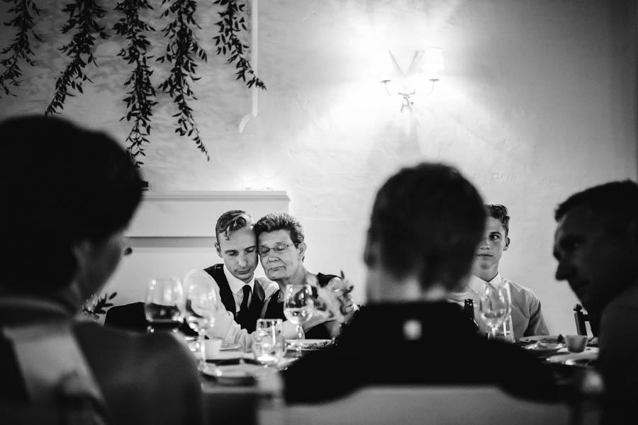 quinta de santana noivo abraça mãe ao jantar com olhos fechados