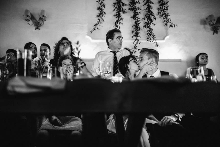 quinta de santana durante o jantar noivos beijam-se à mesa