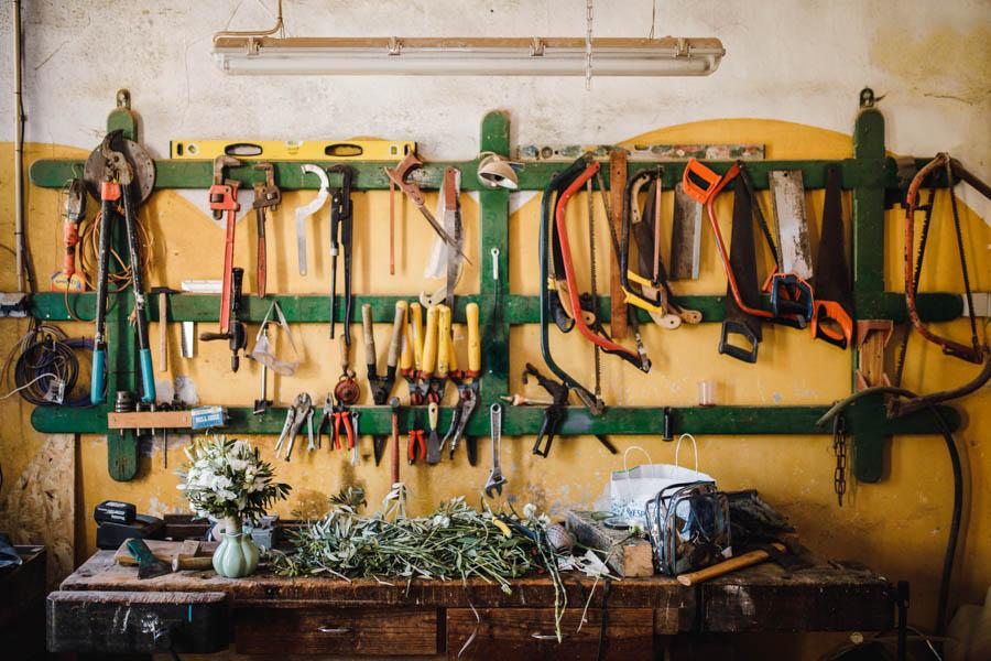 quinta de santana bouquet da noiva na oficina de carpintaria com ferramentas