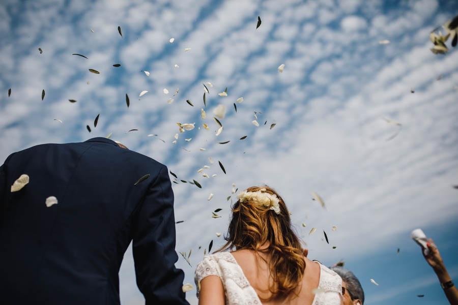 quinta de santana noivos na saída da cerimónia durante lançamento de pétalas