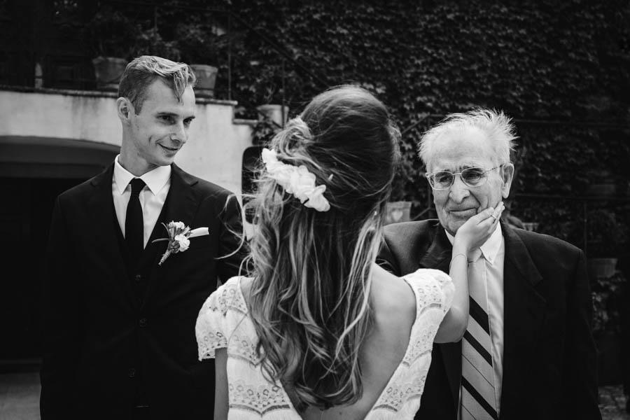 quinta de santana noiva toca rosto do avo embevecido e noivo observa