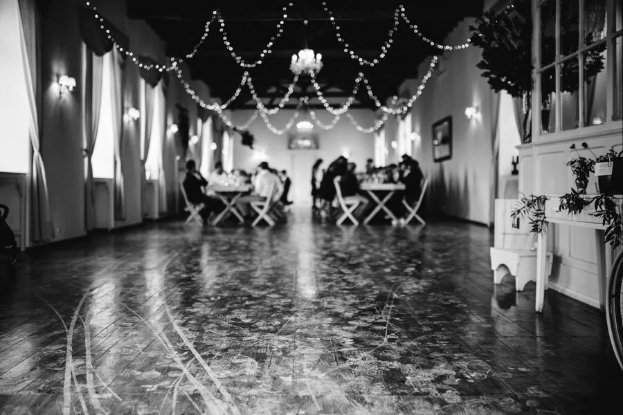 quinta de santana sala de jantar com pegadas e rasto da cadeira de rodas