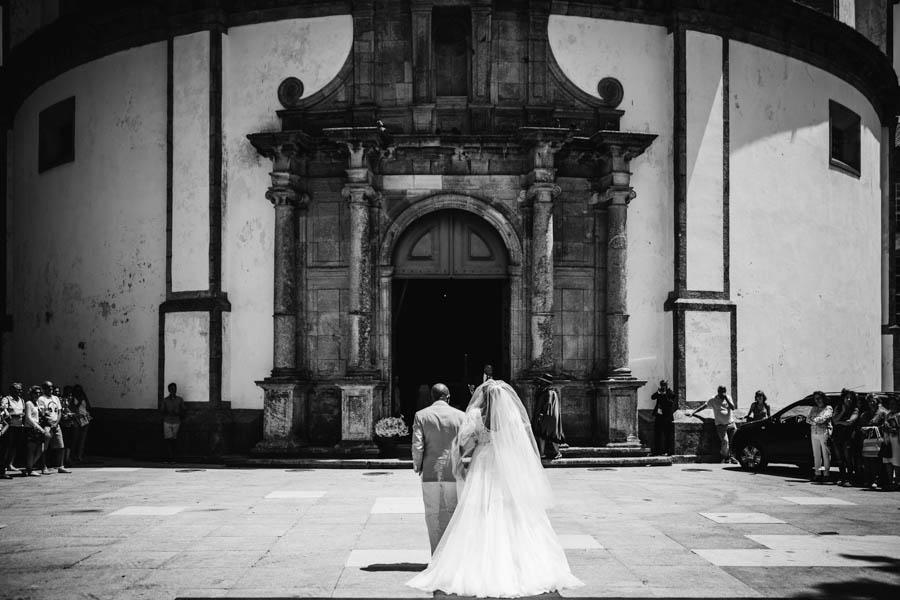 quinta da Torre Bella noiva e pai entram na cerimónia de casamento na igreja da serra do pilar