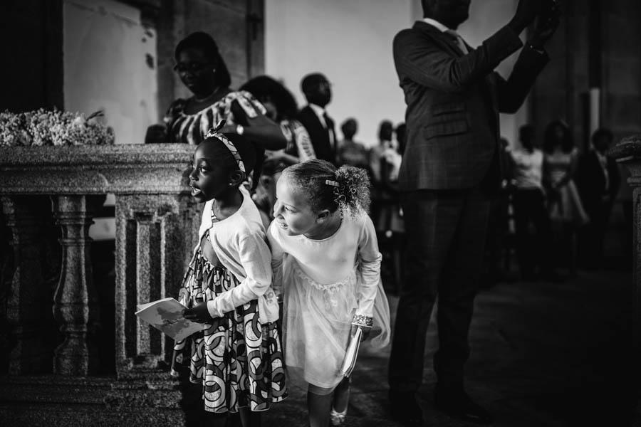 quinta da Torre Bella meninas espreitam noiva a entrar na igreja da serra do pilar