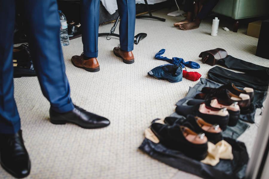 quinta da Torre Bella quarto do noivo durante preparativos confusão de sapatos