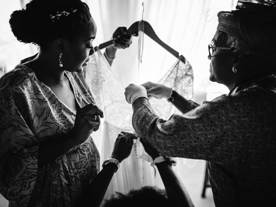 quinta da Torre Bella noiva mãe e irmã desapertando botões de vestido