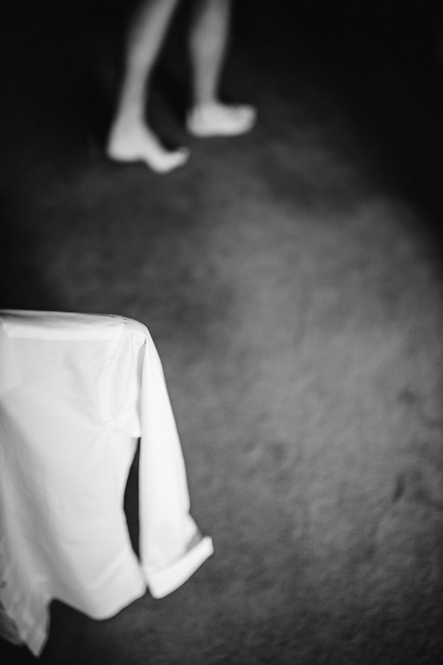 fotografia de casamento noivo a vestir