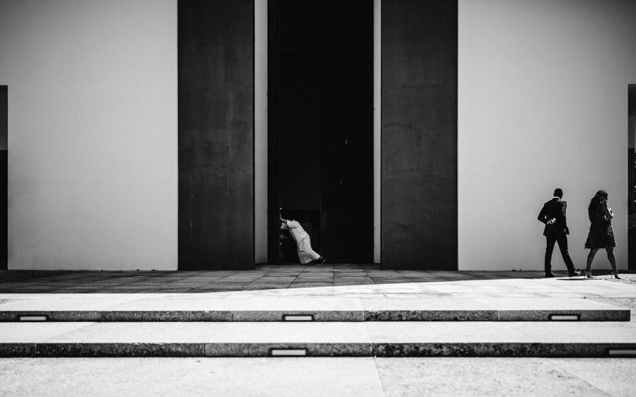 fotografia de casamento padre a abrir porta da igreja
