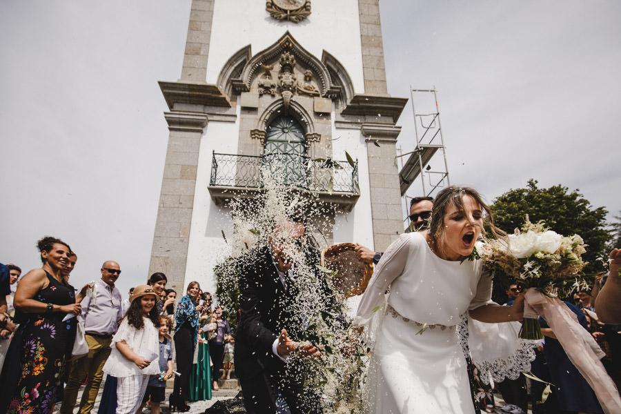 fotografia de casamento arroz na saida da igreja