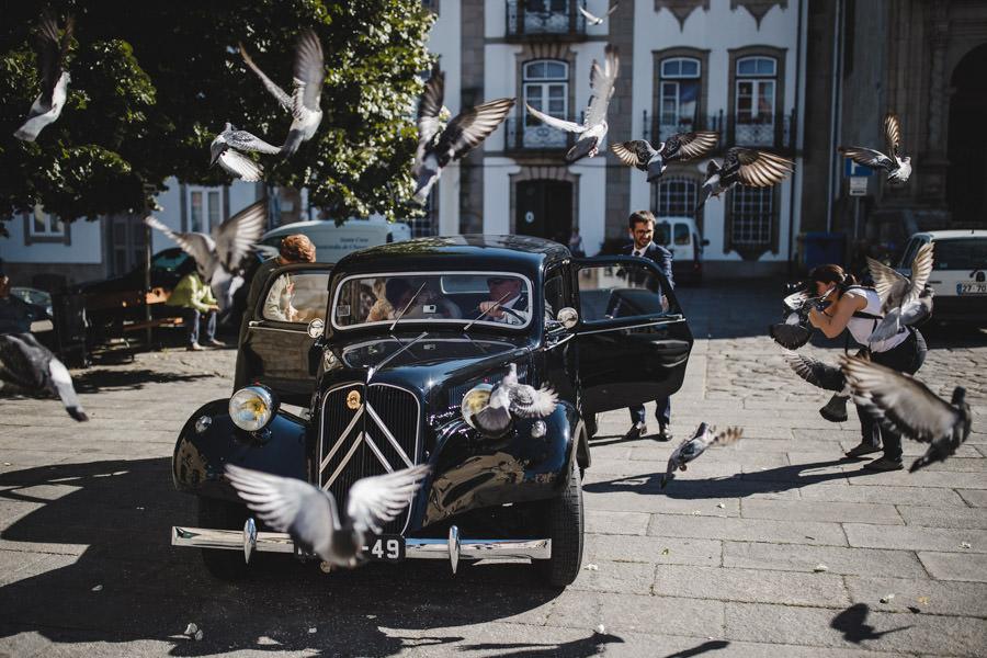 fotografia de casamento Chaves carro dos noivos e pombas