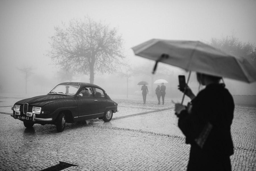 fotografia de casamento Sameiro carro dos noivos no nevoeiro