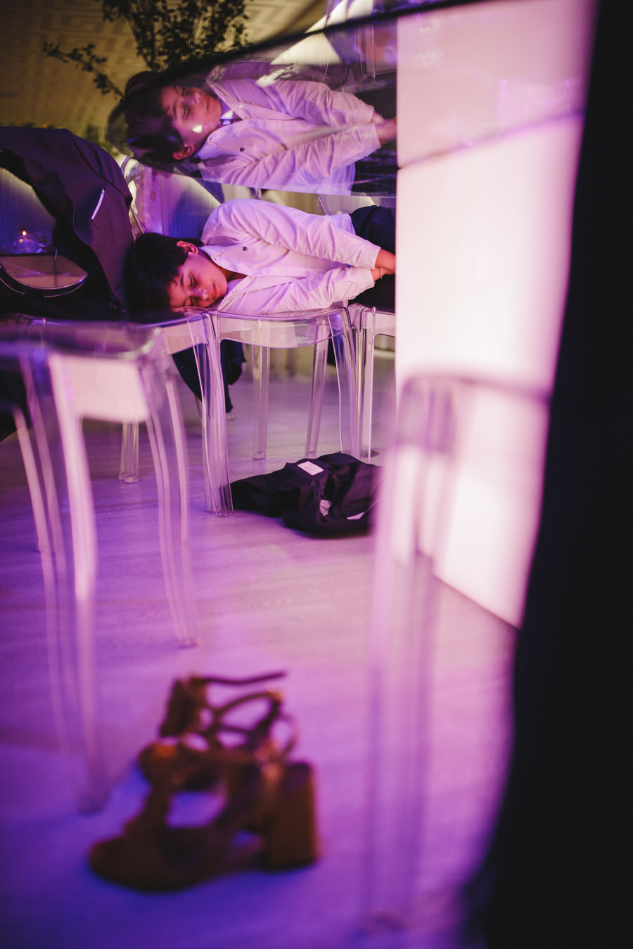 fotografia de casamento menino a dormir nas cadeiras